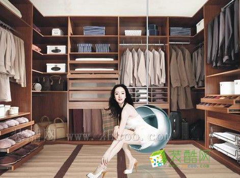 衣帽间可以将家庭成员的所有衣物都集中储纳在其中,卧室可以不用再